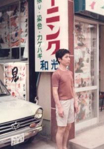 和泉多摩川店(第一号店)をバックに映る初代社長の勝川悌次