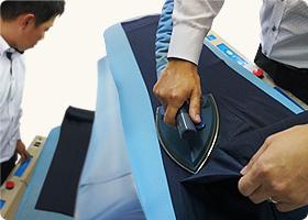 一流のアパレルメーカーが導入しているズボン専用プレス機で折り目くっきり!